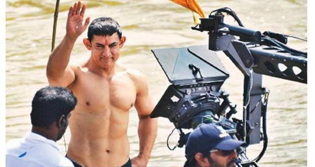 Aamir Khan flaunts abs during 'PK' shoot