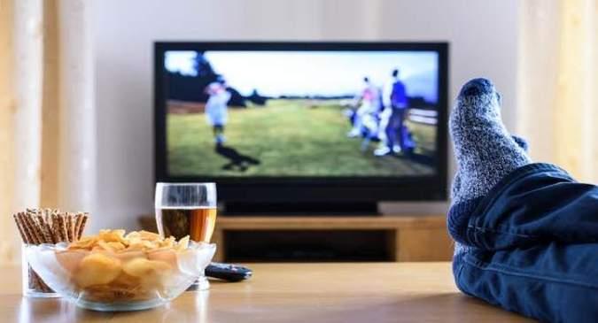 टीवी देखते समय खाना खाने से होते हैं ये नुकसान