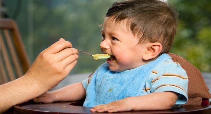 जानिए बच्चों को वीनिंग फूड्स फीडिंग बॉटल से खिलाना अच्छा होता है या चम्मच से