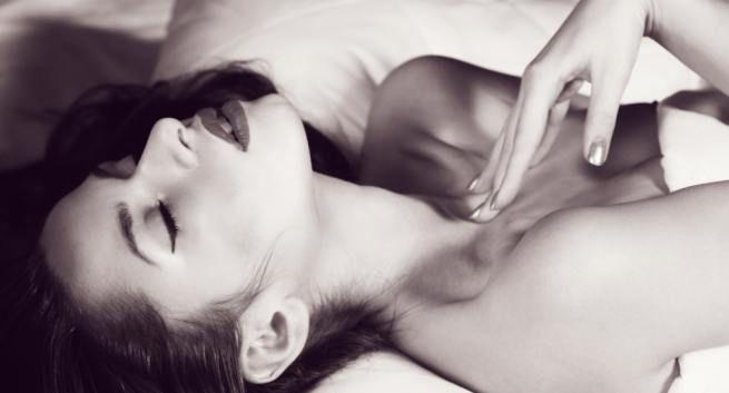 beautiful woman lying on bed potrait