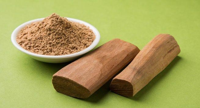 Red sandalwood powder with lemon juice