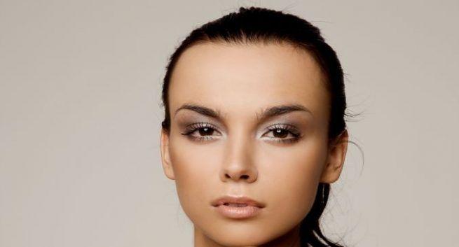 Use sandalwood powder to get rid of dark circles with Glowing Skin