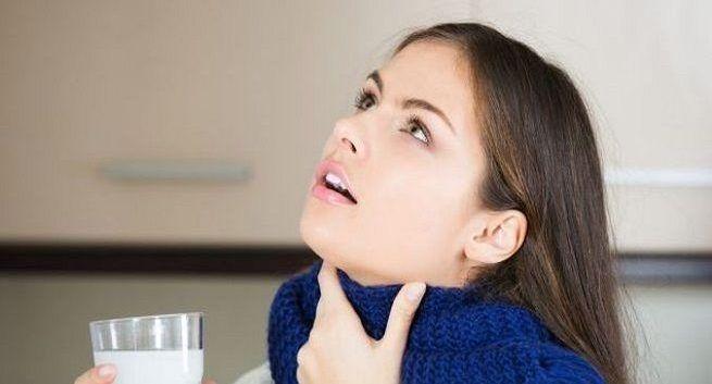turmeric milk benefits in sore throat in hindi